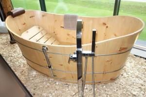 Holzbadewanne Zirbe mit Ab- und Überlaufgarnitur und freistehender Wasserarmatur