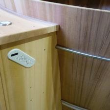 Technik Anbaukasten mit Heizungssteuerungselement und Taster.