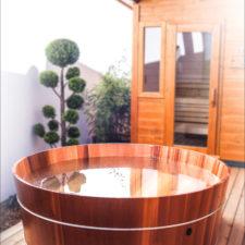 Runde Badewanne neben der Sauna
