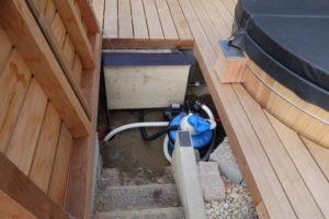 Schacht für Technik unter dem Terrassenboden.