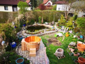 Badezuber in wunderschönem Garten