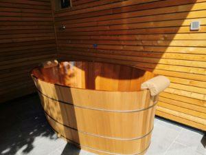 Hochwertige Holzbadewanne im Außenbereich!