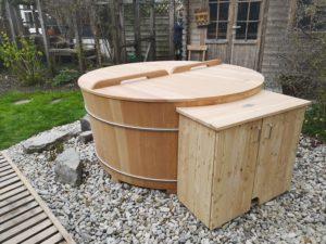 Außenbadewanne mit Holzdeckel und Technikverbau
