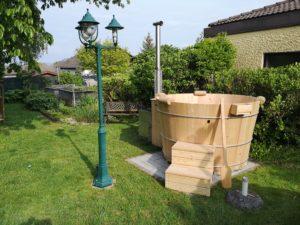 Badebottich im Garten neben einer Laterne;)